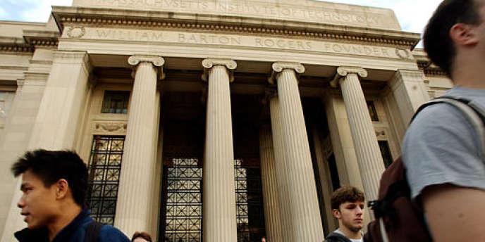Des étudiants devant l'entrée principale du MIT (Massachusetts Institute of Technology) à Cambridge, aux Etats-Unis.
