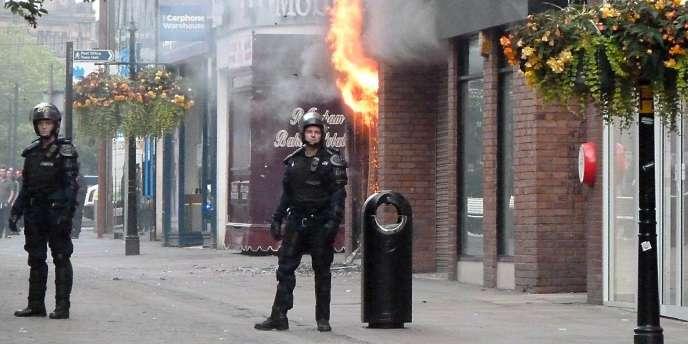 Jusqu'ici épargnée par les émeutes, Manchester a connu ses premières violences mardi soir.
