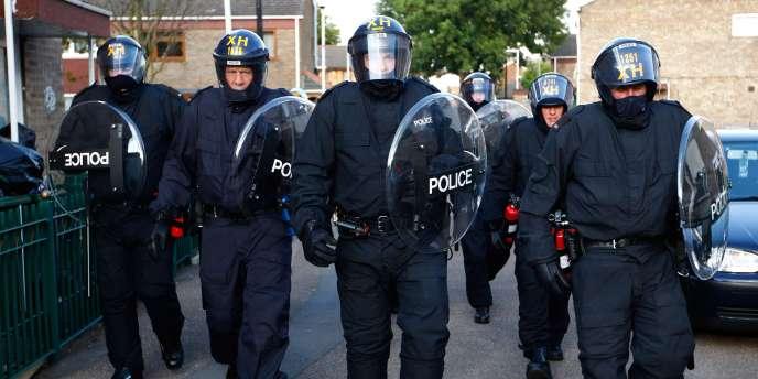 En plus des forces de police, David Cameron veut recourir au contrôle des réseaux sociaux pour empêcher les émeutes.