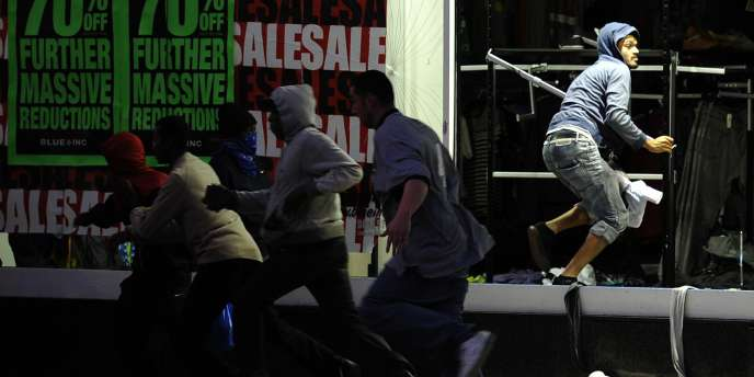Des émeutiers dans le quartier de Peckham à Londres, le lundi 8 août. Le lendemain, les violences éclataient à Manchester.