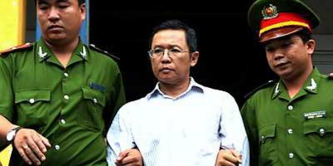 Le blogueur franco-vietnamien Pham Minh Hoang a été condamné, mercredi 10 août 2011, à trois ans de prison ferme suivis de trois ans de résidence surveillée pour tentative de renversement du gouvernement vietnamien.