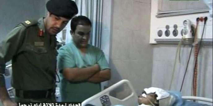La télévision a montré des images de Khamis Kadhafi, en tenue militaire, visitant un hôpital où des