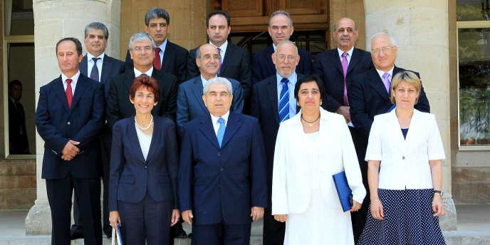 Le nouveau gouvernement formé par le président chypriote, Demetris Christofias (au centre), a annoncé un plan de rigueur pour satisfaire les marchés.