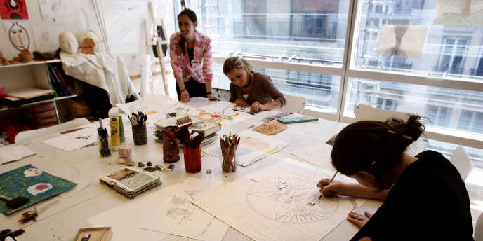 Des adolescentes dessinent, dans l'atelier Arts Plastiques de la Maison de Solenn - Maison des adolescents, à Paris.