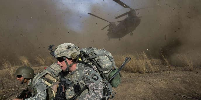 Dans la province de Khost, près de la frontière pakistanaise. Un soldat américain et son traducteur afghan déposés par un hélicoptère Chinook, lors d'une opération antitaliban, en novembre 2009.