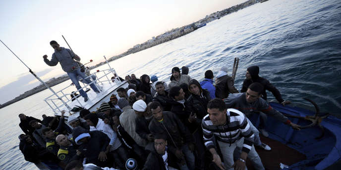 Des migrants tunisiens entrent dans le port de Lampedusa, le 12 avril 2011.