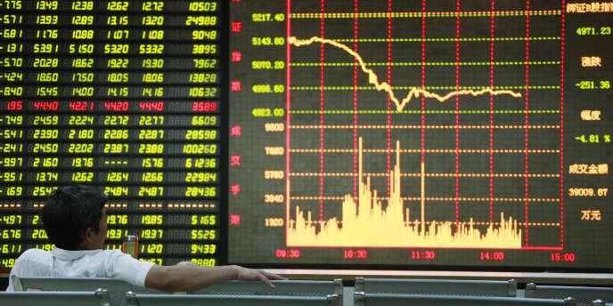Un investisseur chinois scrute les cours de la Bourse.