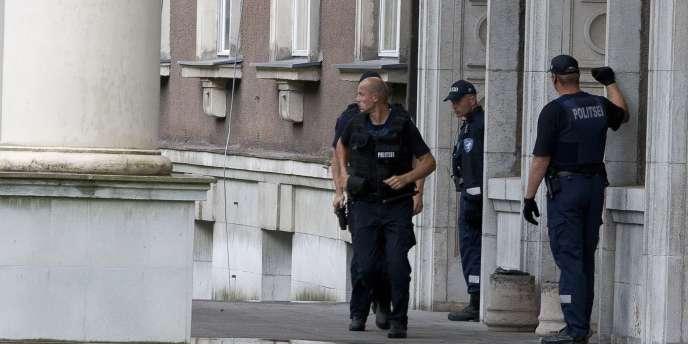 Des policiers estoniens devant le ministère de la défense, jeudi.