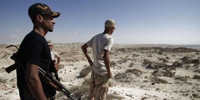 Des rebelles libyens se tiennent debout, à l'entrée de Brega, mercredi 10 août 2011.