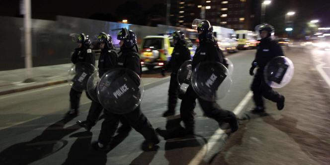 La police en Grande-Bretagne ne dispose pas de forces de l'ordre spécifiquement destinées à la lutte contre des phénomènes de guérilla urbaine ou des manifestations à risque.