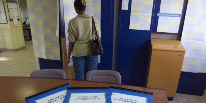 Une jeune femme à la recherche d'un emploi consulte les offres, à Nanterre.