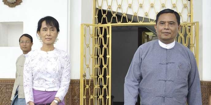 La Prix Nobel de la paix Aung San Suu Kyi et le ministre du travail birman, Aung Kyi, le vendredi 12 août 2011.