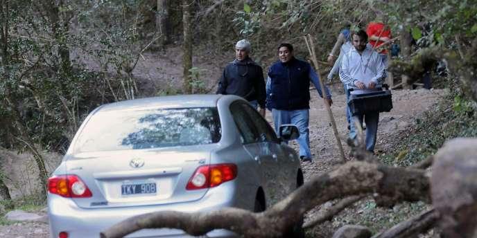 Le juge Martin Perez (à gauche), accompagné d'experts de la police, arrive à la réserve naturelle de La Quebrada San Lorenzo, le 6 août.