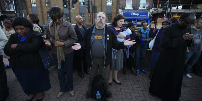 Des habitants se recueillent, le 11 août 2011, près de l'endroit où Mark Duggan a été tué, à Tottenham.
