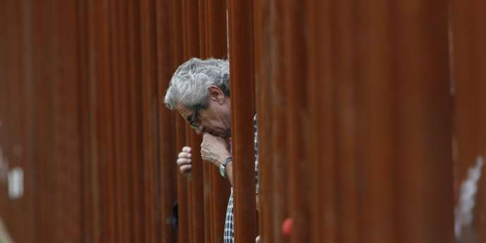 Un homme observe une minute de silence, samedi 13 août au mémorial du Mur de Berlin.