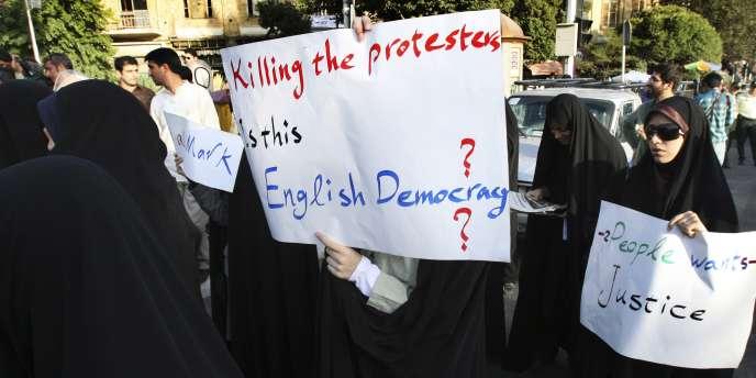 Manifestation d'étudiants iraniens devant l'ambassade de Grande-Bretagne à Téhéran, le 14 août.