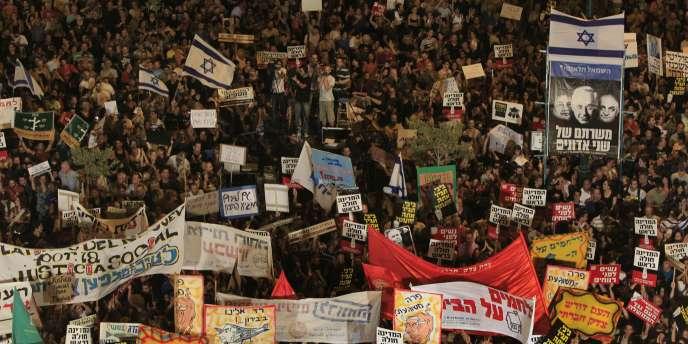 A Beersheva, ville de la région défavorisée du Néguev, entre 15 000 et 40 000 personnes ont défilé sous une immense banderole marquée de la phrase