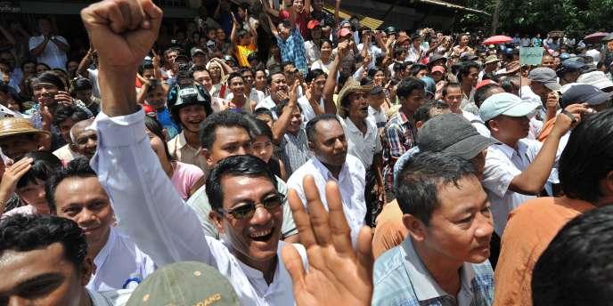Des milliers de partisans attendaient Aung San Suu Kyi à son arrivée à Bago, dimanche 14 août.