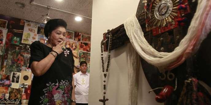 L'ancienne présidente Imelda Marcos devant l'oeuvre de l'artiste Mideo Cruz.