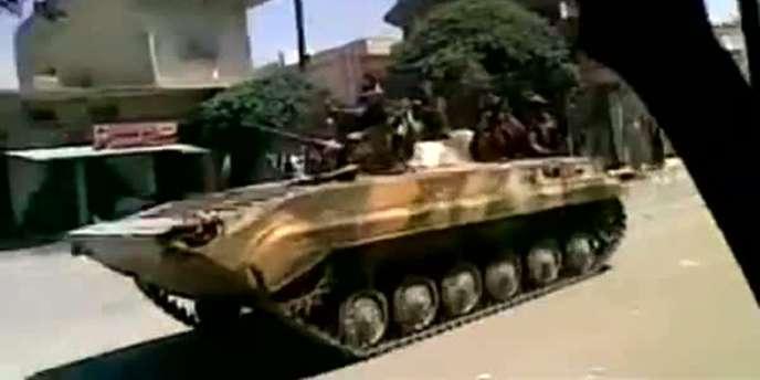 Capture d'écran d'une vidéo montrant un char dans les rues de la ville de Kafr Nabl, dans le nord-est de la Syrie, vendredi 12 août.