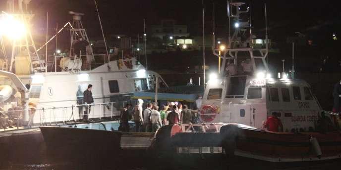 La guerre civile en Syrie a fait augmenter le nombre d'immigrants. Ici des migrants encadrés par des garde-côtes italiens sur l'île de Lampedusa.
