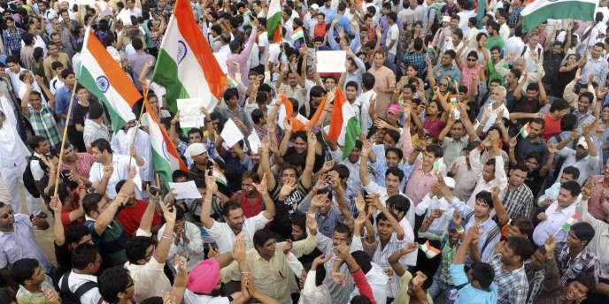 Des dizaines de milliers d'Indiens se sont rassemblés dans le centre de New Delhi, mercredi 17 août, afin de soutenir le militant anti-corruption Anna Hazare.