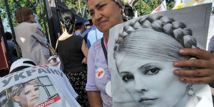 Des partisans de Ioulia Timochenko manifestent devant le tribunal de Kiev, le 12 août 2011.