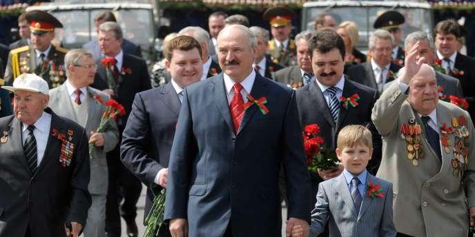 Après s'être employé depuis vingt ans à ruiner son pays, avec une patience et une énergie couronnées par un succès incontestable, Alexandre Loukachenko (photo) fait feu de tout bois pour rembourser plusieurs milliards de dollars tant au Fonds monétaire international qu'à la Russie.