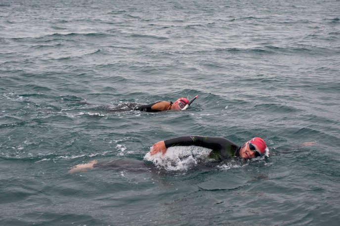 Philippe Croizon et Arnaud Chassery s'entrainent pour leur prochain défi : rallier les cinq continents à la nage.