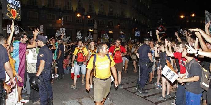 Des pèlerins entourés par des manifestants, mercredi 17 août.