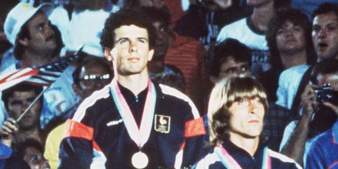 Pierre Quinon (à gauche) et Thierry Vigneron sur le podium du concours de saut à la perche des JO 1984.