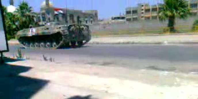 Capture d'écran d'une vidéo montrant un blindé dans les rues de Homs, le 17 août.