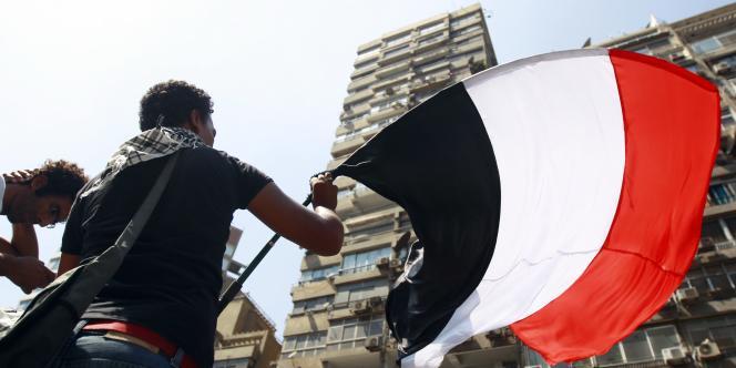 Des centaines d'Egyptiens ont manifesté vendredi devant l'ambassade israélienne du Caire.