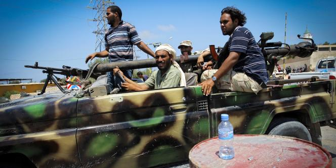 Des rebelles libyens dans le village de Mayah, à 30 kilomètres de Tripoli, dimanche 21 août.