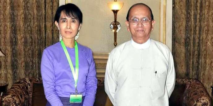 L'opposante birmane Aung San Suu Kyi et le président Thein Sein, en août 2011 à Naypyidaw.