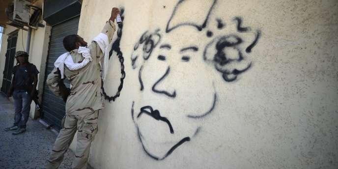 A l'ouest de Tripoli, un rebelle caricature le colonel Kadhafi à l'heure de son renversement espéré.