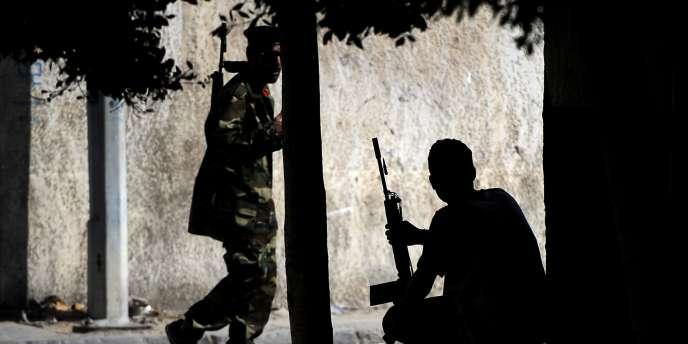 Des rebelles dans les rues de Tripoli, lundi 22 août.