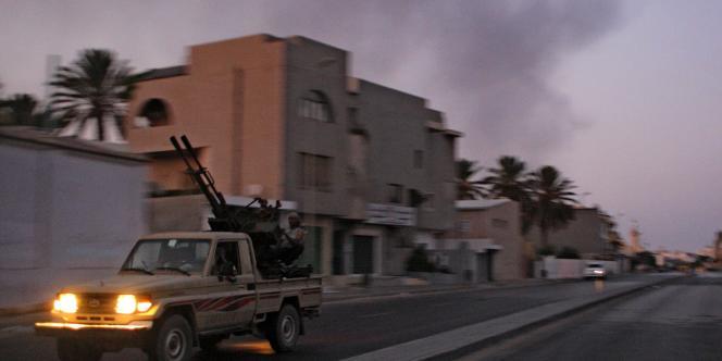 Un véhicule blindé dans les banlieues de Tripoli, lundi soir.