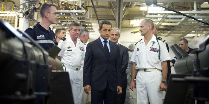 Nicolas Sarkozy avec le capitaine Olivier Lebas (à droite) sur le porte-avions