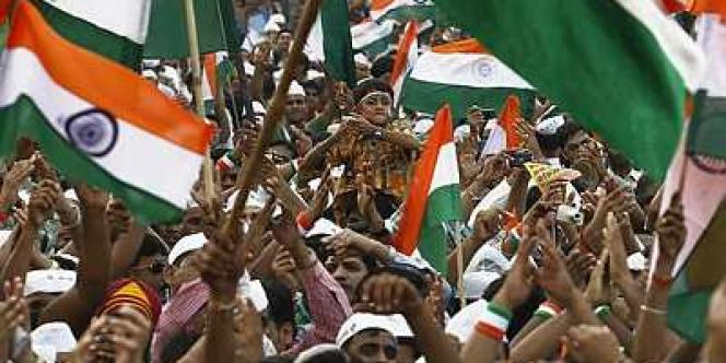 Des sympathisants d'Anna Hazare devant l'esplanade de Ramlila, à New Delhi, qui peut accueillir 25 000 personnes.
