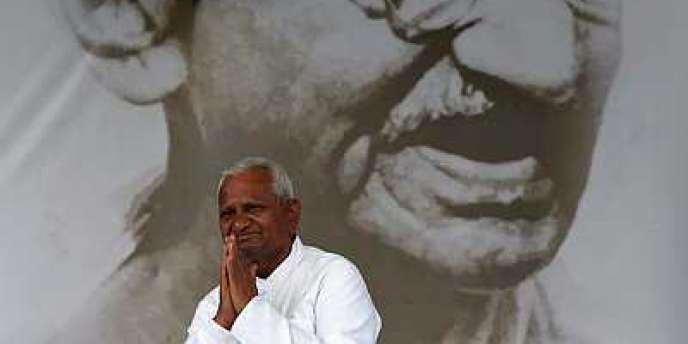 Anna Hazare a poursuivi sa grève de la faim devant le portrait de Gandhi, sur l'esplanade de Ramlila, à New Delhi.