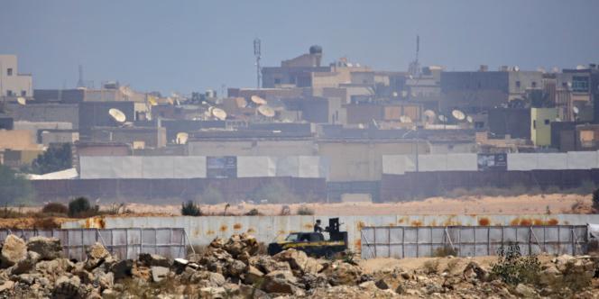 Autour du complexe de Bab Al-Azizia, résidence de Mouammar Kadhafi, les combats font rage, mardi 23 août.