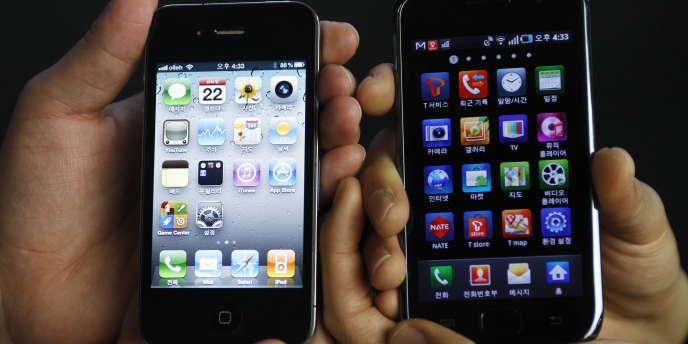Un iPhone d'Apple (à gauche) et un terminal Samsung (à droite).