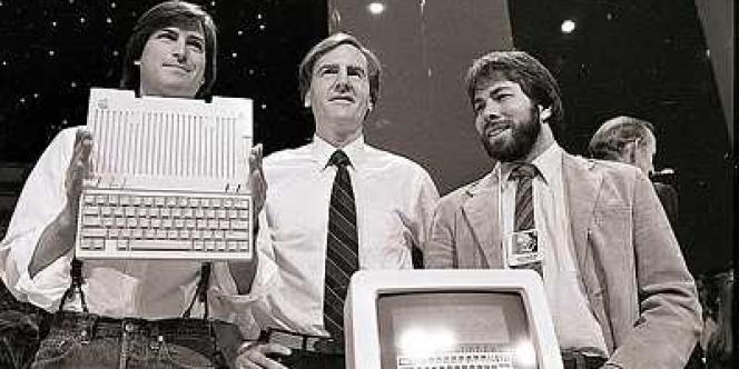 En 1984, Steve Jobs, John Sculley et Steve Wozniak (cofondateur d'Apple) dévoilent l'Apple 2. La nouvelle entreprise se place parmi les leaders du marché naissant de l'informatique personnelle.