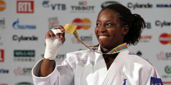 Gévrise Emane avec sa médaille d'or, le 25 août à Paris.