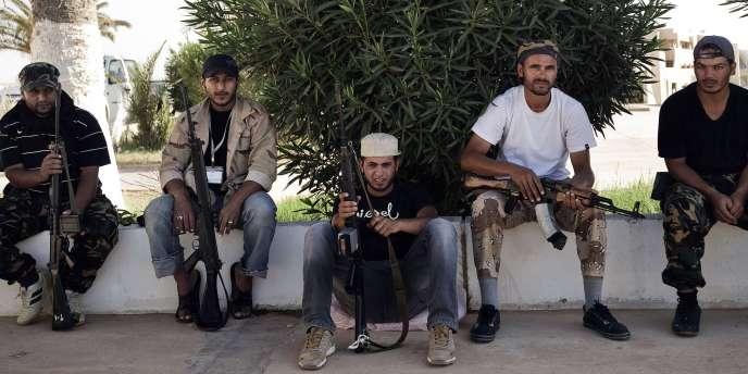 Des combattant rebelles devant une mosquée de Ras Lanouf, mercredi 24 août.