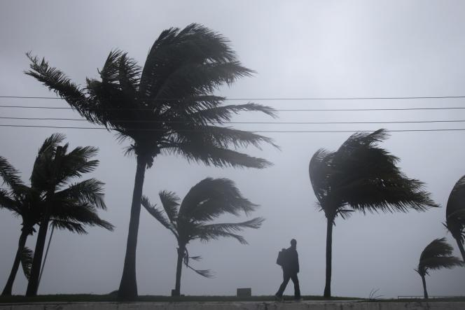 Un homme marche à Nassau avant le passage de l'ouragan Irene, en août 2011.
