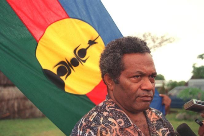 Derrière Jean-Marie Tjibaou, figure du mouvement indépendantiste, le drapeau kanak.