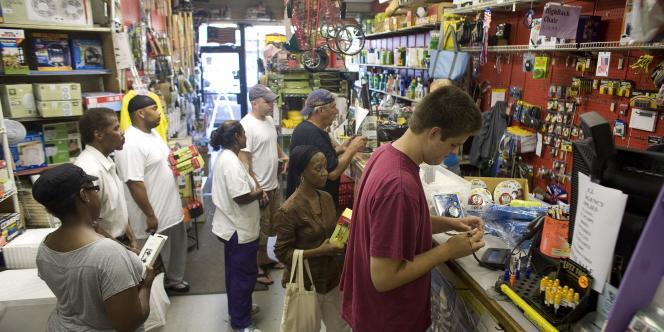 Dans certains supermarchés new-yorkais, il fallait compter plus d'une heure de queue, le 26 août.