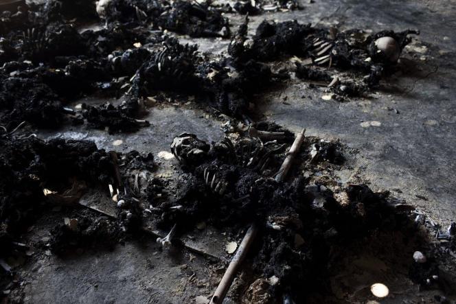 Une cinquantaine de corps calcinés ont été découverts près d'une caserne, à Tripoli.